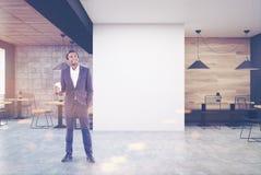Café en bois et gris-foncé, mur, homme Image libre de droits