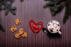 Café en céramique de tasse, biscuits de chocolat, panneau foncé Photographie stock libre de droits