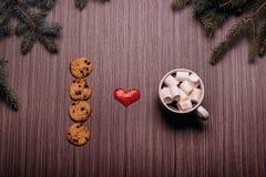 Café en céramique de tasse, biscuits de chocolat, panneau foncé Photos libres de droits