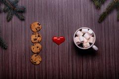 Café en céramique de tasse, biscuits de chocolat, panneau foncé Photo libre de droits