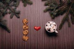 Café en céramique de tasse, biscuits de chocolat, panneau foncé Images libres de droits