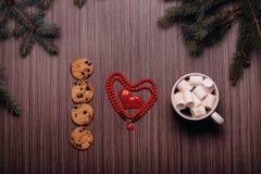 Café en céramique de tasse, biscuits de chocolat, panneau foncé Photographie stock