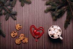 Café en céramique de tasse, biscuits de chocolat, panneau foncé Image libre de droits
