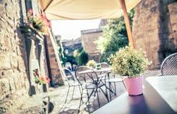 Café en calle vieja en Europa con efecto retro del filtro del estilo de Instagram del vintage fotografía de archivo libre de regalías