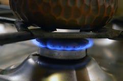 Café en el cezve que cocina en estufa de gas foto de archivo libre de regalías