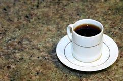 Café en el contador de mármol Fotos de archivo libres de regalías