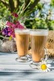 Café en el jardín soleado del verano Fotos de archivo libres de regalías