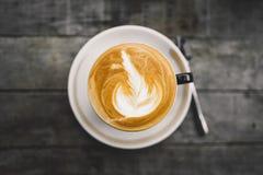 Café en el Latte caliente de la taza por la mañana fotos de archivo