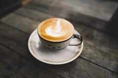 Café en el Latte caliente de la taza por la mañana imagen de archivo libre de regalías