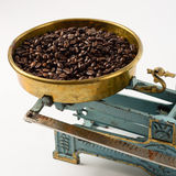 Café en la cacerola de la balanza Imagenes de archivo