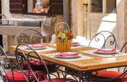 Café en la ciudad vieja de Budva, Montenegro Foto de archivo