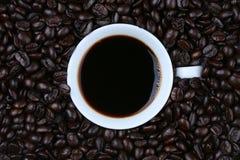 Café en la opinión superior de la taza blanca Fotos de archivo