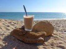 Café en la playa Imagenes de archivo