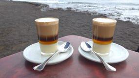 Café en la playa con el océano en el fondo Foto de archivo libre de regalías