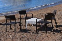 Café en la playa: tabla y sillas de mimbre Fotos de archivo