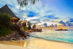 Café en la playa tropical en la puesta del sol Fotografía de archivo libre de regalías