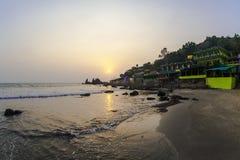 Café en la playa tropical en la puesta del sol Foto de archivo