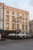Café en la plaza principal, Kraków, Polonia de la mañana Imagenes de archivo