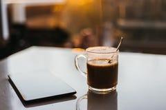 Café en la tabla y la luz del sol imagen de archivo