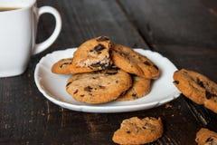 Café en la taza blanca con las galletas Fotos de archivo libres de regalías