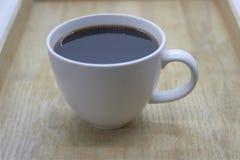 Café en la taza blanca en la placa de madera imagen de archivo