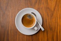 Café en la taza en la tabla imagenes de archivo
