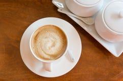 Café en la visión superior de madera Fotografía de archivo