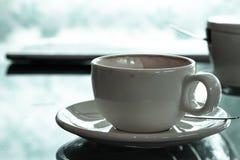 Café en los espejos de la tabla imagen de archivo libre de regalías