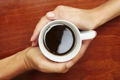 Café en manos Imagen de archivo libre de regalías