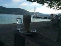Café en a orillas del lago Fotografía de archivo libre de regalías
