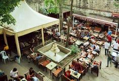 Café en patio histórico con la relajación local de la gente y de los turistas al aire libre Imagen de archivo
