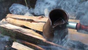 Café en pavo en la leña en el fuego en la naturaleza almacen de video
