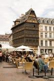 Café en plein air sur le grand dos de cathédrale à Strasbourg Images stock