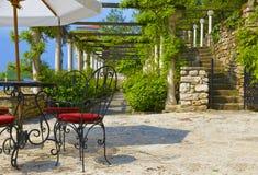 Café en plein air sur winded autour de la terrasse verte image libre de droits