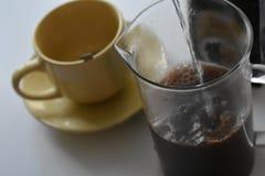 Café en taza en el fondo blanco imágenes de archivo libres de regalías