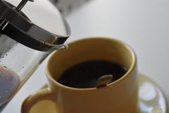 Café en taza en el fondo blanco fotos de archivo