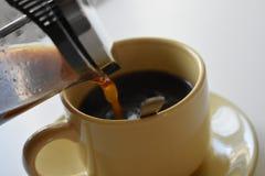 Café en taza en el fondo blanco foto de archivo