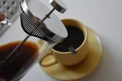 Café en taza en el fondo blanco imagenes de archivo