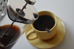 Café en taza en el fondo blanco imagen de archivo libre de regalías