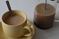 Café en taza en el fondo blanco fotografía de archivo libre de regalías