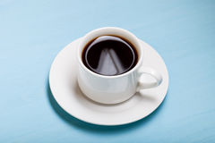 Café en taza en la tabla de madera azul Imagen de archivo
