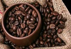 Café en taza marrón en saco de arriba fotografía de archivo libre de regalías