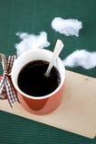 Café en taza roja en de madera Imagen de archivo libre de regalías