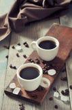 Café en tazas con los granos de café Fotografía de archivo