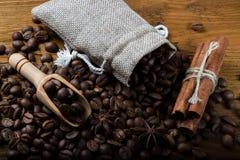 Café en un bolso del canela y del anís Foto de archivo