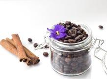 Café en un fondo blanco Imagen de archivo libre de regalías