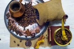 Café en una placa de cobre imagenes de archivo