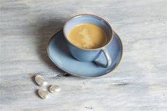 Café en una taza azul - fondo gris Imágenes de archivo libres de regalías