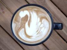 Café en una taza en la tabla de madera imagen de archivo libre de regalías