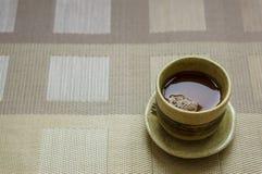 Café en una taza marrón Foto de archivo